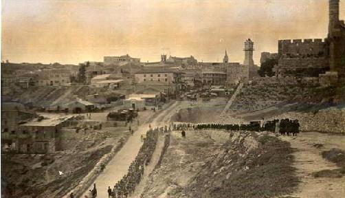 Una foto ingiallita dell'immediato primo dopoguerra descrive una salita a Gerusalemme dans immagini sacre 1396911888